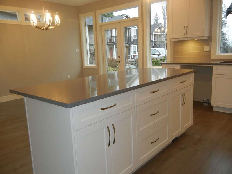 Kitchen Island w Quartz Counter